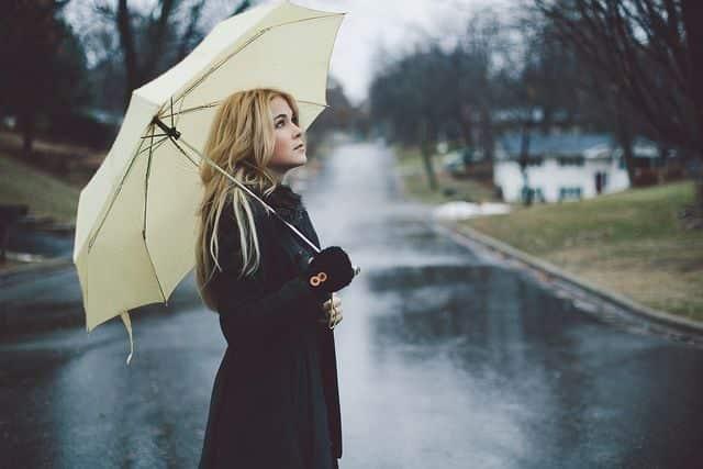 girl-with-umbrella-raining-missing-lovesove