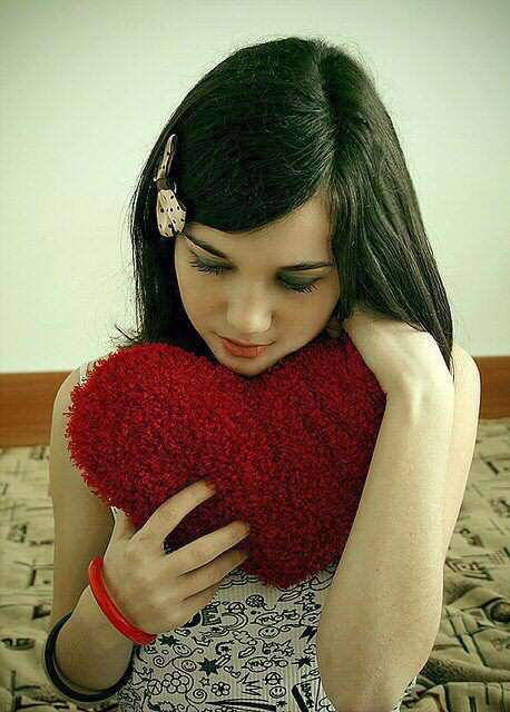 alone-girl-heart-in-hand