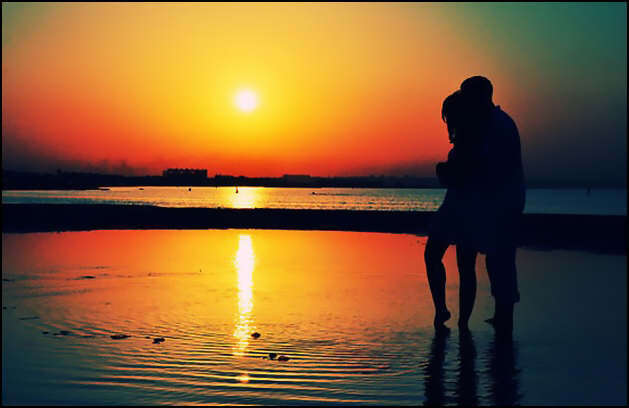 hug-couple-sad-cute-beach
