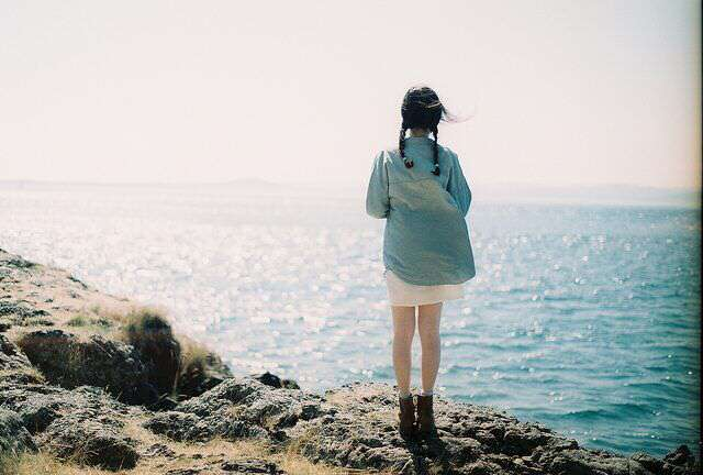 alone-girl-near-sea-lovesove