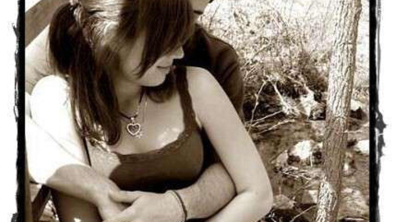 girl-in-boy-arm-couple-lovesove