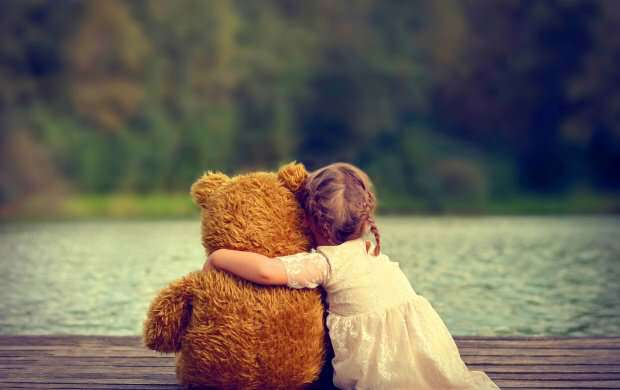 cute_girl_hugging_teddy_bear_lovesove