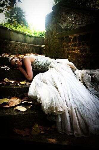 sad-alone-girl-lying-lovesove