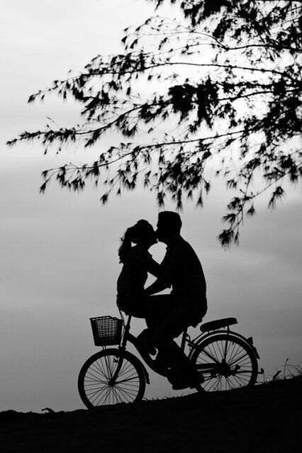 cute-couple-kissing-on-cycle-lovesove