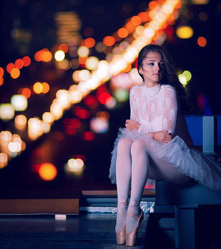 sad-alone-girl-sitting-thinking-missing-lovesove