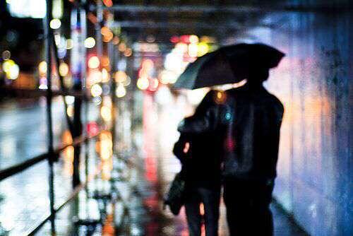 cute-couple-in-rain-umbrella-lovesove