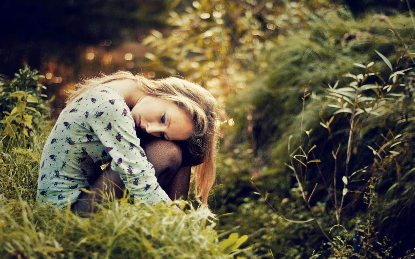 wallpaper-hd-sad-girl-sitting-over-green-grass-sadness-lovesove