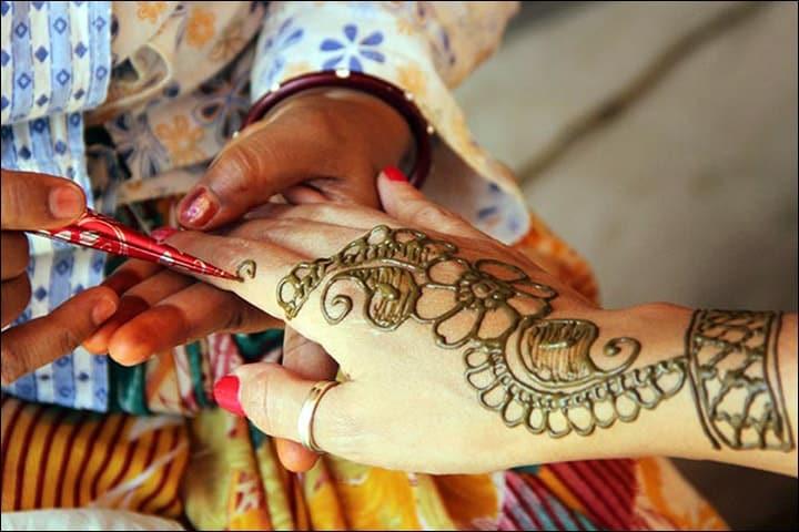 50+ Mesmerising Mehndi Designs For Ceremonies & Wedding, Wedding Mehndi Designs, kalamkari inspired leaf pattern mehndi design