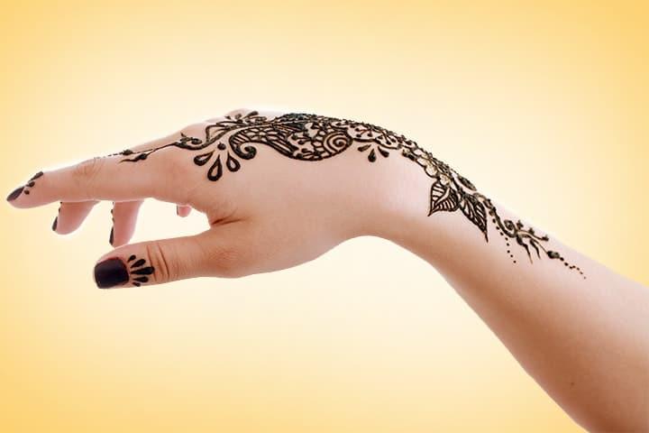 Wedding Guest Mehndi, Wedding Mehndi Designs For Male, Wedding Mehndi Clothes, Mehndi Wedding Lehenga, Wedding Mehndi Arrangement, Wedding Mehendi Home Decor, Wedding Mehndi Caption, Wedding Mehndi Birmingham
